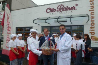Seit 40 Jahren gehört Chocolatier Winfried Fuchs (l.) zum Team von Otto Bittner. Jetzt wurde er von seinen Kollegen sowie Geschäftsführer Norbert Büsch (r.) und Betriebsleiter Thomas Dörner (M.) mit einem Korb voller Köstlichkeiten in den Ruhestand verabschiedet.