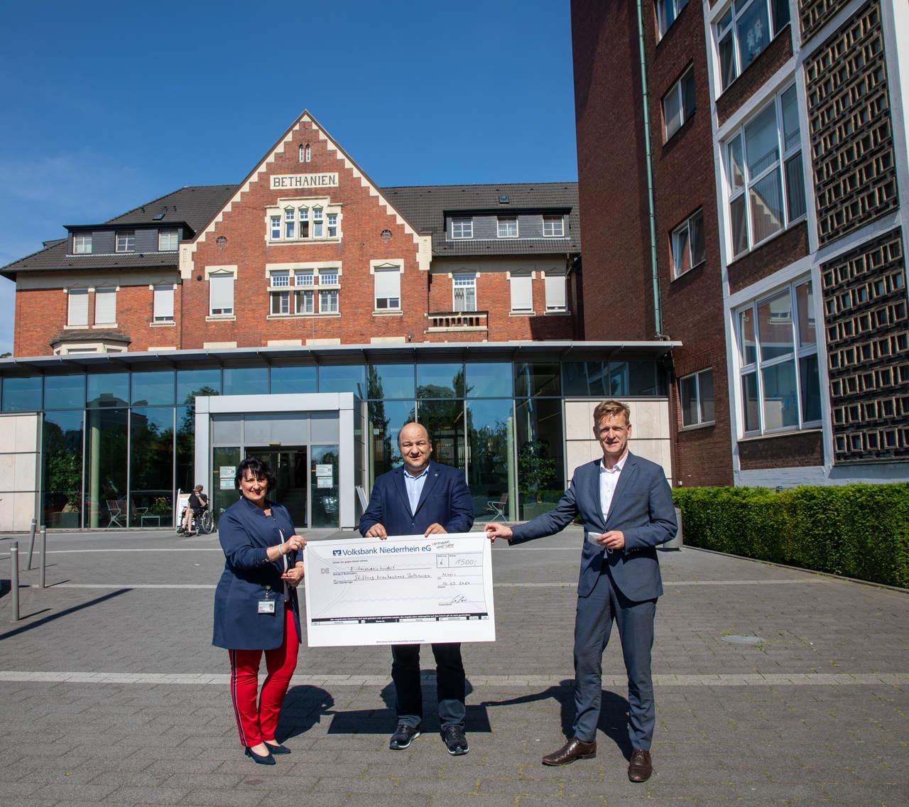 1.500 Euro für die Mitarbeiter:innen im Krankenhaus Bethanien